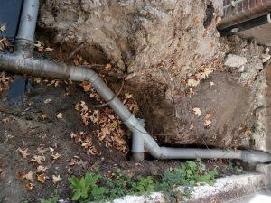 een opgegraven rioolleiding om het rioolprobleem te kunnen vaststellen